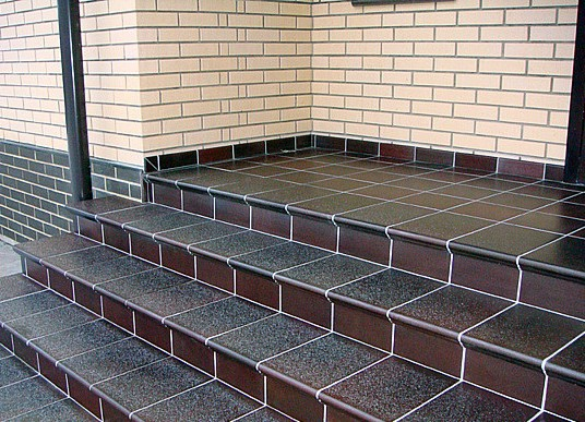 Кладка плитки на лестницу