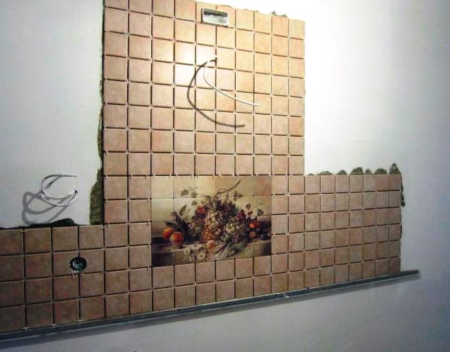 Укладка плитки на стену на кухне своими руками видео
